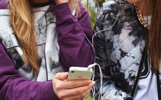Adolescentes, comienzo de clases y celular