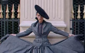 Inspiración sin escalas: Céline Dion por las calles de París