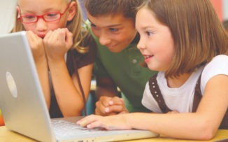 Chicos conectados: los riesgos que acechan online