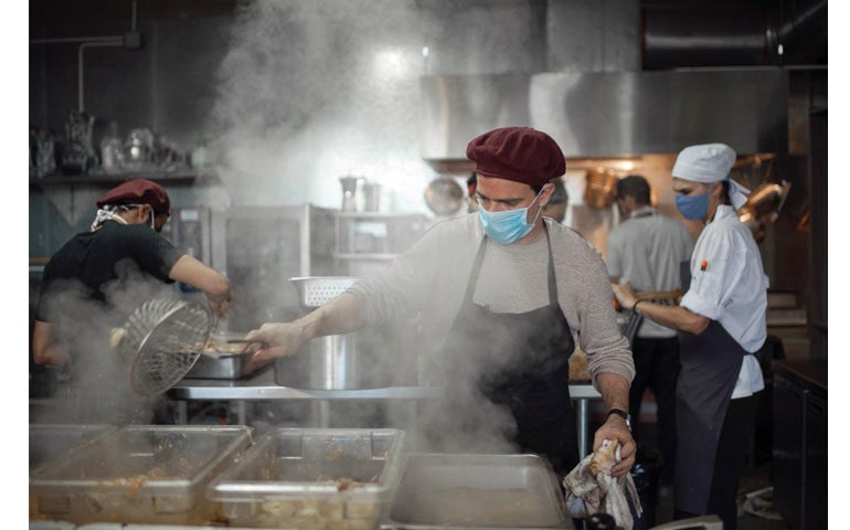 Marcos Miguens y Cristián Menéndez, dueños de una empresa de catering, fueron uno de los tantos empresarios que vieron detenido su negocio con el comienzo de la cuarentena. Sin embargo, decidieron reactivar su cocina y utilizarla para cocinar de manera voluntaria para quienes hoy no tienen acceso a un plato de alimento.