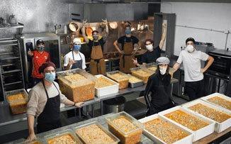 Con su negocio parado, decidieron cocinar para quienes más lo necesitan