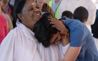 Amma, la mujer que dedica sus días a abrazar a las personas